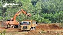 Xe, máy rầm rộ khai thác đất trái phép, chính quyền nói không biết?