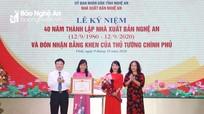 Nhà Xuất bản Nghệ An đón nhận Bằng khen của Thủ tướng Chính phủ