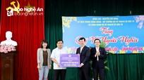 Bộ trưởng Bộ Kế hoạch và Đầu tư tặng quà ủng hộ Quỹ Vì người nghèo tỉnh Nghệ An