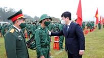 Chủ tịch UBND tỉnh Nguyễn Đức Trung động viên các tân binh lên đường nhập ngũ năm 2021