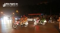 Cảnh sát trắng đêm giữa biển người chúc mừng U23 Việt Nam