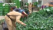 Xe tải chở hàng trăm thùng bia đổ trên quốc lộ 1A, cảnh sát giúp dân dọn hàng