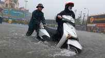 Video: Công an Nghệ An dầm mình trong mưa giúp dân bị ngập