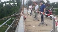 Lãnh đạo huyện Thanh Chương thăm hỏi, động viên gia đình vụ tai nạn thảm khốc ở cầu treo