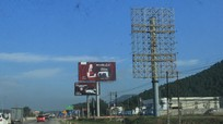 """Nhiều bảng quảng cáo tấm lớn """"đặt chui"""" ở Nghệ An"""