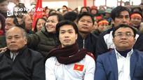 Hàng nghìn người dân đội mưa rét đón cầu thủ Công Phượng trở về quê