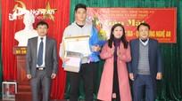 Trao Bằng khen của Chủ tịch UBND tỉnh Nghệ An cho thủ môn thứ 2 của U23 Việt Nam