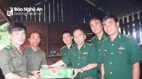Bộ đội Biên phòng Nghệ An tặng quà cán bộ, chiến sỹ chốt biên phòng Lào