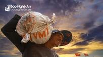 Nhịp lao động miệt mài ở cảng bè Diễn Ngọc