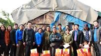 Đoàn Khối Các cơ quan tỉnh tặng quà Tết cho người nghèo tại thành phố Vinh