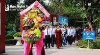 Đảng ủy Khối Các cơ quan tỉnh dâng hoa tại Khu Di tích Kim Liên