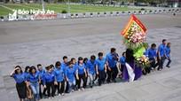 Tuổi trẻ Báo Nghệ An dâng hoa báo công với Bác tại Quảng trường Hồ Chí Minh