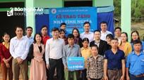 Trao nhà tình nghĩa cho hộ nghèo ở xã Tào Sơn, huyện Anh Sơn