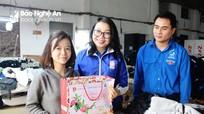 Tỉnh đoàn thăm, tặng quà Tết cho công nhân là thanh niên có hoàn cảnh khó khăn
