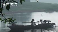 Phương tiện vận tải thủy vẫn hút cát trái phép trên sông Lam