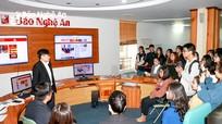 Sinh viên Trường Đại học Vinh đi thực tế tại Báo Nghệ An