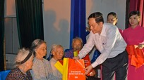 Chủ tịch Ủy ban Trung ương MTTQ Việt Nam tặng quà cho gia đình chính sách tại Nam Đàn