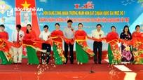 Phó Chủ tịch UBND tỉnh Lê Ngọc Hoa cắt băng khánh thành trường mầm non ở Thanh Chương