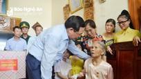 Phó Thủ tướng Vương Đình Huệ thăm, tặng quà các gia đình có công tiêu biểu ở Nghi Lộc