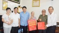Phó Thủ tướng Trương Hòa Bình thăm, tặng quà các gia đình chính sách ở TP. Vinh