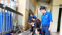 Đoàn Khối Các cơ quan tỉnh lắp đặt máy khử khuẩn nguồn nước cho người dân vùng lũ