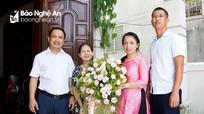 Báo Nghệ An thăm, tặng quà lãnh đạo, phóng viên nghỉ hưu nhân ngày 21/6