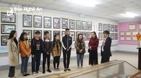 Sinh viên Đại học Vinh tham quan, học tập tại Báo Nghệ An