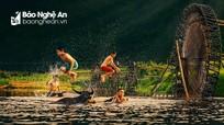 Thót tim với những trò nhào lộn trên sông suối của trẻ em vùng cao