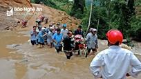 Nước dâng cao, các thầy giáo Trường Tiểu học Tri Lễ 4 gánh xe qua sông để tới trường