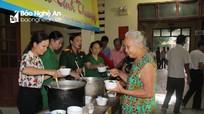 Cựu chiến binh Anh Sơn trao 200 suất cháo cho bệnh nhân nghèo