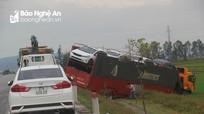 Nghệ An: Xe tải chở 7 ô tô con lao xuống ruộng trên đường tránh Vinh