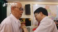 Phó Bí thư Tỉnh ủy Nguyễn Văn Thông trao Huy hiệu 70 tuổi Đảng tại Đô Lương