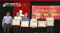 Trao Huy hiệu Đảng cho các đảng viên ở thành phố Vinh và Quế Phong