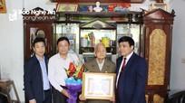 Thái Hòa trao tặng Huy hiệu 70 tuổi Đảng cho đảng viên