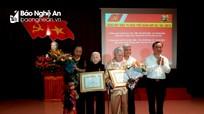 Bí thư Thành ủy Vinh trao Huy hiệu Đảng cho đảng viên