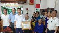 Thị xã Thái Hòa trao huy hiệu Đảng cho 15 đảng viên