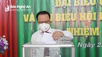 Bí thư Đảng ủy Khối Các cơ quan tỉnh Nguyễn Nam Đình đi bầu cử tại phường Lê Mao, TP. Vinh