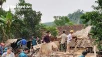 Dông lốc làm tốc mái nhiều nhà dân ở huyện Quế Phong