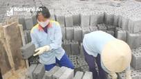 Phụ nữ ở làng 'đếm gạch lấy tiền' cực nhọc mưu sinh trong mùa nắng nóng