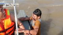 Ứng cứu 4 thuyền viên trên tàu cá bị mắc cạn tại cửa Lạch Vạn