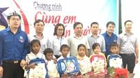 Sở Tài Chính và các đơn vị tặng quà, hỗ trợ cho học sinh trước năm học mới