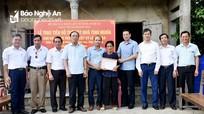Trao 50 triệu đồng hỗ trợ xây nhà tình nghĩa cho thân nhân liệt sỹ ở thị xã Hoàng Mai