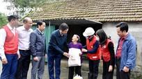 Hội Chữ thập đỏ Việt Nam trao 330 triệu đồng hỗ trợ nhân dân vùng ngập lụt