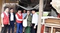 Hội Chữ thập đỏ Nghệ An trao gần 200 triệu đồng hỗ trợ người dân vùng ngập lụt
