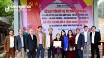 Trao 100 triệu đồng hỗ trợ xây nhà tình nghĩa cho thân nhân liệt sỹ ở Nghi Lộc và Đô Lương