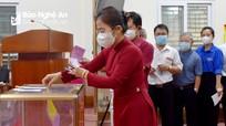 Chủ tịch Ủy ban MTTQ tỉnh bỏ phiếu bầu cử tại khối 14, phường Trường Thi (TP. Vinh)