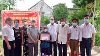 Trao 50 triệu đồng hỗ trợ xây nhà tình nghĩa cho thân nhân liệt sĩ ở Nghi Lộc
