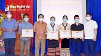Ban Dân tộc Nghệ An trao thưởng cho học sinh các huyện Con Cuông, Tương Dương
