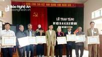 Tân Kỳ trao Huy hiệu Đảng cho 9 đảng viên