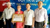 Thanh Chương: Trao Huy hiệu 70 năm tuổi Đảng cho 24 đảng viên